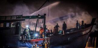 Petugas saat mendinginkan kebakaran gudang bengkel kapal dan tiga unit kapal di Kampung Bugis, Tanjungpinang (Suryakepri.com/ist)