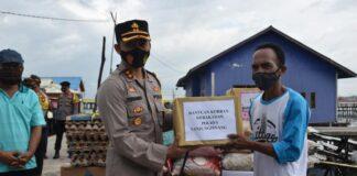 Kapolres Tanjungpinang AKBP Fernando saat menyerahkan bantuan kepada korban kebakaran (Suryakepri.com)