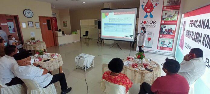 dr. Novi saat mempresentasikan donor plasma konvalesen