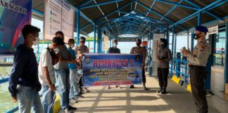 Satpolair Polres Bintan saat memberikan imbauan kepada warga di Pelabuhan Bulang Linggi, Tanjung Uban, Bintan (Suryakepri.com)