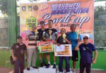 Kajati Kepri Hari Setiyono saat mengangkat piala Turnamen Ganda Putra Baveti Cup (Suryakepri.com/ist)