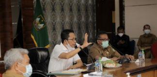 Foto Wakil Walikota Batam, Amsakar Achmad koordinasi bersama tim, Selasa (26/1/2021).