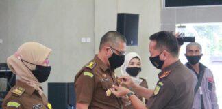Kajati Kepri Hari Setiyono saat menyematkan Pin WBBM kepada perwakilan pegawainya (Suryakepri.com)