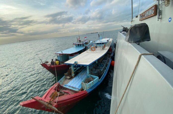 KRI Alamang-644 saat mengamankan dua kapal pengangkut bahan bakar solar ilegal (Suryakepri.com/ist)
