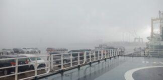 Hujan lebat yang menguyur Kota Batam, Kamis (28/1/2021) siang, membuat jarak pandang di pelabuhan Batuampar terbatas.
