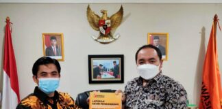 Ketua Bawaslu Kota Tanjungpinang Muhamad Zaini (kiri) menyerahkan buku Laporan Akhir Pengawasan Pilkada Tahun 2020 kepada Komisioner Bawaslu RI Mochammad Afifuddin di Kantor Bawaslu RI, Jakarta Pusat (Suryakepri.com/ist)