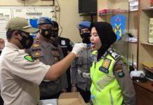 Propam dan Urkes Polres Tanjungpinang saat melaksanakan pemeriksaan terhadap personel Polres Tanjungpinang (Suryakepri.com)