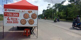 Pizza Hut pinggir jalan berjualan mulai pukul 10.00 WIB, dan tutup hingga pukul 17.00 WIB sampai 18.00 WIB.