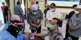 Kadinkes Karimun Rachmadi tengah menjalani pemeriksaan kesehatan sebelum disuntik vaksin Covid-19, Sabtu (30/1/2021). Foto Suryakepri.com/YAHYA
