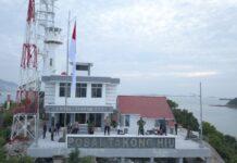 Kapolres, Danlanal dan Dandim Karimun foto di atas tebing Posal Pulau Takong Hiu daerah terluar Indonesia di Kabupaten Karimun, Jumat (29/1/2021). Foto Suryakepri.com/IST