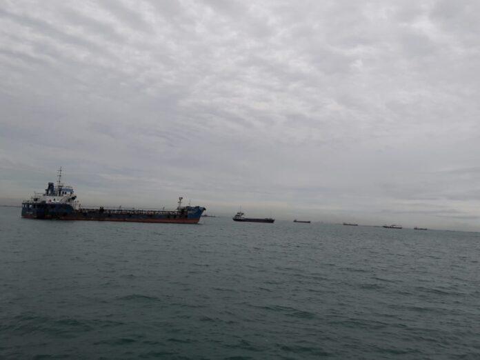 Cuaca dan lalu lintas kapal di wilayah Batam, Kepri.(suryakepri.com/purwoko).