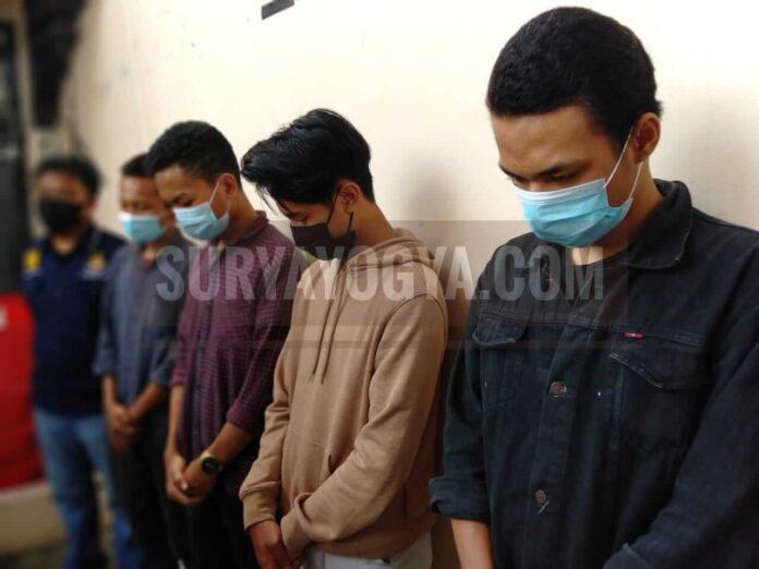 Para remaja brutal yang hendak menyerang korban tetpi kemudian melampiaskan pada sepeda motor milik korbn. Kini mereka ditangani polisi dan terancam penjara sampai lima tahun. (Foto: Suryayogya.com/Gaga Sallo)