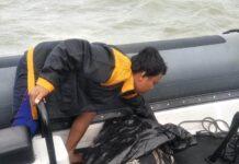 Saat menjalankan tugas SAR Sriwijaya Air SJ-182, Tim Kopaska Koarmada I temukan dua nelayan terapung-apung di Perairan Pulau Untung Jawa, Kepulauan Seribu, Jakarta, Rabu (13/1/2021).Seorang di antaranya sudah meninggal dunia. (Foto: Dok Koarmada I)