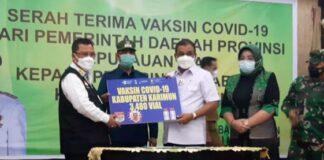 Bupati Karimun Aunur Rafiq menerima secara simbolis vaksin Covid-19 dari Sekdaprov Kepri Arif Fadillah di Gedung Nasional Karimun, Selasa (26/1/2021). Foto Suryakepri.com/YAHYA