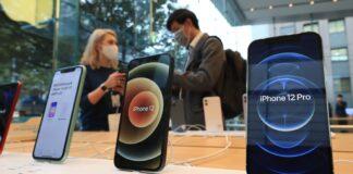 Permintaan yang kuat untuk iPhone 5G pertama mendorong pertumbuhan pendapatan Apple di semua wilayah. (Foto oleh Rie Ishii/Nikkei Asia)