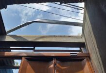 Slamet Riyadi tewas kesetrum listrik saat sedang memperbaiki atap rumah ini, yang menggunakan bahan baja ringan. (Foto: Humas Polri)