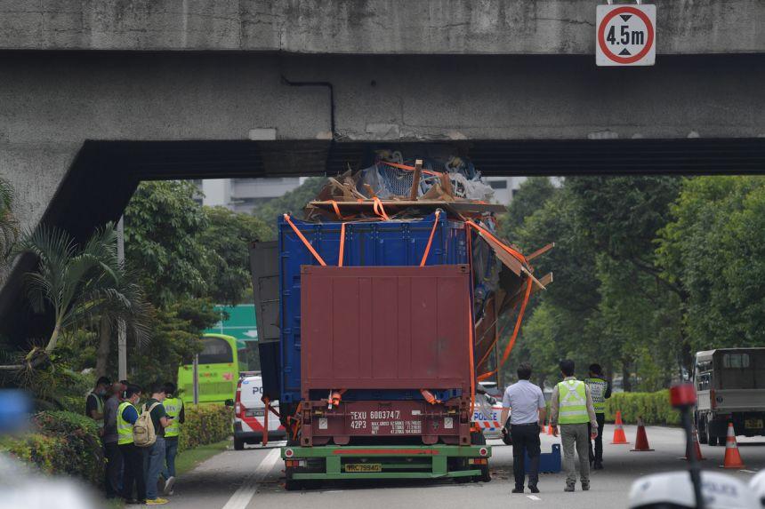 Trailer dengan muatan yang tinggi tersangkut di flyover di Singapura.(suryakepri.com/asiaone/thestraitstimes)