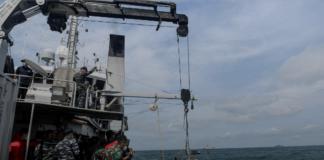 TNI AL menggunakan kendaraan yang dioperasikan dari jarak jauh (ROV) untuk operasi penyelamatan setelah pesawat sriwijaya Air Penerbangan SJ-182 jatuh di laut lepas pantai Jakarta, Indonesia, 11 Januari 2021. (Foto: M Risyal Hidayat/ Antara via Reuters)