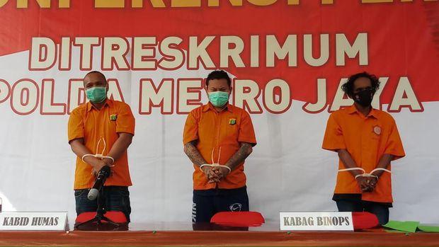 Polisi berhasil menangkap 5 DPO anggota kelompok John Kei kasus penyerangan di Green Lake City, Tangerang. Dalam kasus itu polisi juga menyita senjata api dan senjata tajam. Anak buah John Kei (Foto: Agung Pambudhy/detikcom)