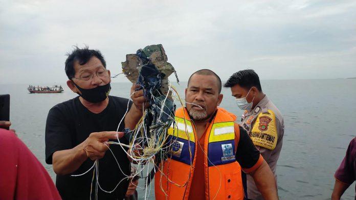 Puing dan bekas pakaian yang ditemukan tim di sekitar Kepulauan seribu.(suryakepri.com/ist)