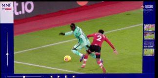 Insiden antara Sadio Mane dengan Kyle Walker-Peters di kotak penalti Southampton pada lanjutan Liga Inggris di St Mary's, Senin (4/1/2021), yang diyakini Jurgen Klopp sebagai pelanggaran yang seharusnya menjadi penalti untuk Liverpool. (Foto dari Sky Sports)
