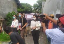 Istimewa Dayu dan Srita bersama Ardi kakak Mia, mengiringi peti jenazah Pramugari Mia Tresetyani Wadu (23) saat tiba di rumah duka Jalan Tukad Gangga, Gang Tirta Gangga, Panjer, Denpasar Selatan, Denpasar, Bali, pada Rabu 20 Januari 2021