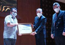 Direktur Keuangan ATB Asril Hay saat menerima penghargaan dari Ditjen Pajak. ATB dianugerahi penghargaan sebagai wajib pajak dengan kontribusi terbesar terhadap penerimaan pajak di KPP Pratama Batam Selatan.