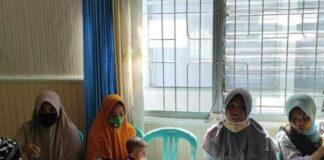 4 ibu-ibu dipenjara atas kasus pelemparan atap pabrik tembakau di Lombok Tengah, Nusa Tenggara Barat. (Kompas.com)