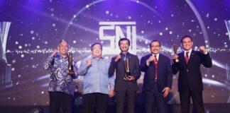 Presiden Direktur ATB Benny Andrianto Antonius bersama dua perusahaan penerima SNI Award Kategori Platinum Lainnya. ATB menjadi satu-satunya perusahaan lokal yang berhasil mendapatkan penghargaan kategori Platinum.