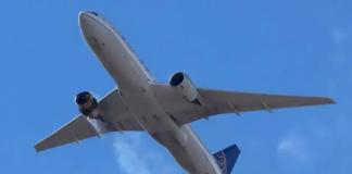Penerbangan United Airlines UA328 kembali ke Bandara Internasional Denver dengan mesin bagian kanannya terbakar setelah disebut peringatan mayday pada 20 Februari 2021. (Foto: Reuters / Hayden Smith, @ speedbird5280, handout)