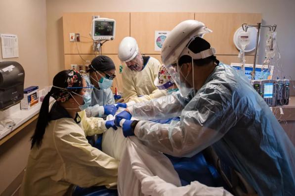 Petugas kesehatan rentan terhadap pasien Covid-19 di area pelimpah unit perawatan intensif di Providence Holy Cross Medical Center di Mission Hills, California, pada 5 Februari 2021. (Foto: Ariana Drehsler / Bloomberg via Getty Images)