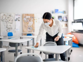 Ilustrasi guru membersihkan meja di kelas. 9Foto dari Live Science).