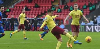 Tendangan voli Matthew Lowton untuk mencetak gol ketiga Burnley sesaat setelah memasuki babak kedua. Burnley menang 3-0 atas tuan rumah Crystal Palace di Selhurst Park, Sabtu (13/2/2021). (Foto dari .burnleyfootballclub.com)