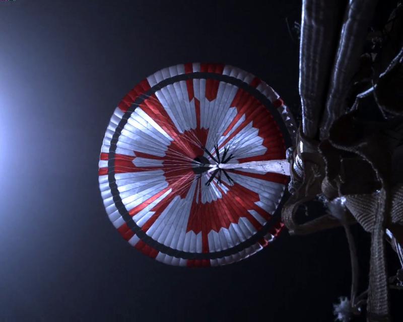 Mars Perseverance Sol 2: Kamera Parasut Up-Look A. Penjelajah Mars Perseverance NASA memperoleh gambar ini saat proses pendaratan ke Mars, menggunakan Parachute Up-Look Camera A. Kamera ini dipasang di bagian belakang pesawat ruang angkasa dan menyorot parasut. Gambar ini diperoleh pada 23 Februari 2021 (Sol 2) pada waktu matahari rata-rata lokal 10:27:31.  Kredit Gambar: NASA / JPL-Caltech