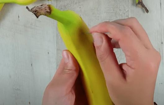 Menusuk jarum ke buah pisang. Apa yang terjadi? (Foto: Tangkapan layar video)