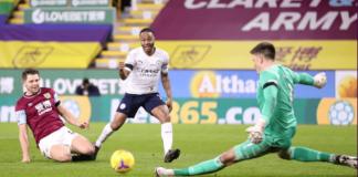 Penyerang sayap Manchester City Raheem Sterling nyaris mencetak gol ketiga , namun upayanya digagalkan oleh kiper Burnley Nick Pope. (Foto: Premierleague.com)