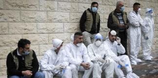 Warga Palestina duduk saat Perdana Menteri PA Mohammed Shtayyeh membuka rumah sakit untuk pasien COVID-19 di kota Nablus, Tepi Barat, pada 16 Januari 2021. (Nasser Ishtayeh / Flash90)