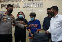 Tersangka OS (38) warga Kelurahan Meri, Kecamatan Kranggan, Kabupaten Mojokerto, Jawa Timur, saat pemaparan kasus prostitusi online di Mapolda Jatim, Senin (1/2/2021). (Foto: Humas Polri).