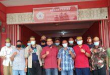 Pengurus KKSS Karimun foto bersama usai melakukan pertemuan terkait perkembangan kasus penembakan Haji Permata di sekretariat mereka, Minggu (31/1/2021). Foto Suryakepri.com/YAHYA