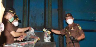 ajati Kepri Hari Setiyono saat menyaksikan pemusnahan barang rampasan negara yang dieksekusi Kejari Batam (Suryakepri.com/ist)