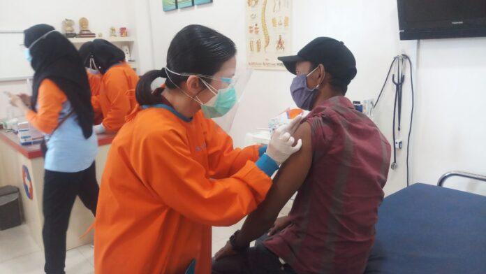 Proses vaksin Covid-19 di klinik Medic Center Karimun, Minggu (31/1/2021). Foto Suryakepri.com/IST