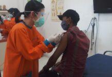 Tenaga kesehatan dan staf klinik Medic Center Karimun menerima suntik vaksin Covid-19, Minggu (31/1/2021) lalu. Hingga Kamis sudah 855 nakes di Karimun menerima suntik vaksin Covid-19. Foto Suryakepri.com/IST