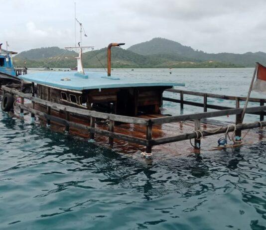 KM Chusnul saat hendak dievakuasi petugas setelah tenggelam di perairan Kecamatan Tambelan, Bintan (Suryakepri.com/ist)