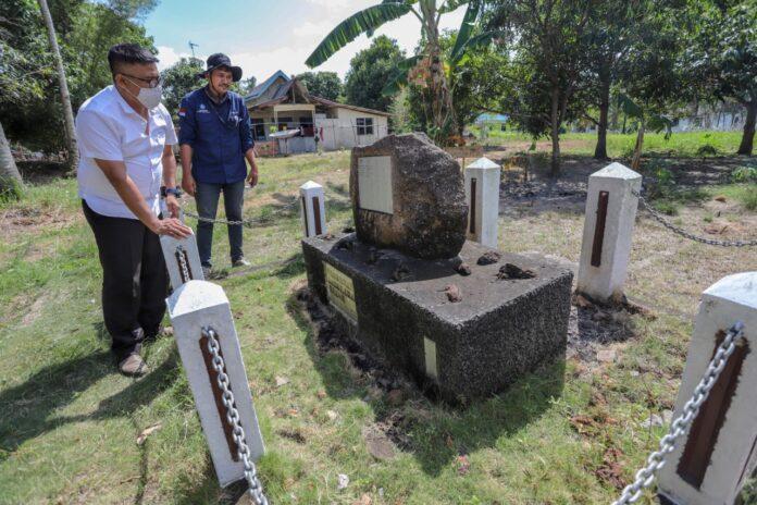 Kepala Dinas Kebudayaan dan Pariwisata (Disbudpar) Kota Batam, Ardiwinata melihat Minamisebo atau dikenal Tugu Jepang yang berada di Kelurahan Sembulang, Kecamatan Galang.