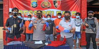Kapolsek Bintan Timur AKP Ulil Rahim saat merilis penangkapan para pelaku (Suryakepri.com)