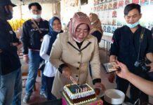 Ketua Komisi 2 DPRD Karimun Nyimas Novi Ujiani memotong kue saat merayakan Hari Pers Nasional bersama organisasi Jurnalis Karimun, Selasa (16/2/2021). Foto Suryakepri.com/YAHYA