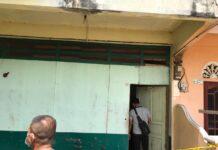 Garis polisi terpasang di rumah kosong di Sungai Lakam Timur, Karimun tempat Edy Alkadius ditemukan tewas bunuh diri, Senin (15/2/2021). Foto Suryakepri.com/YAHYA