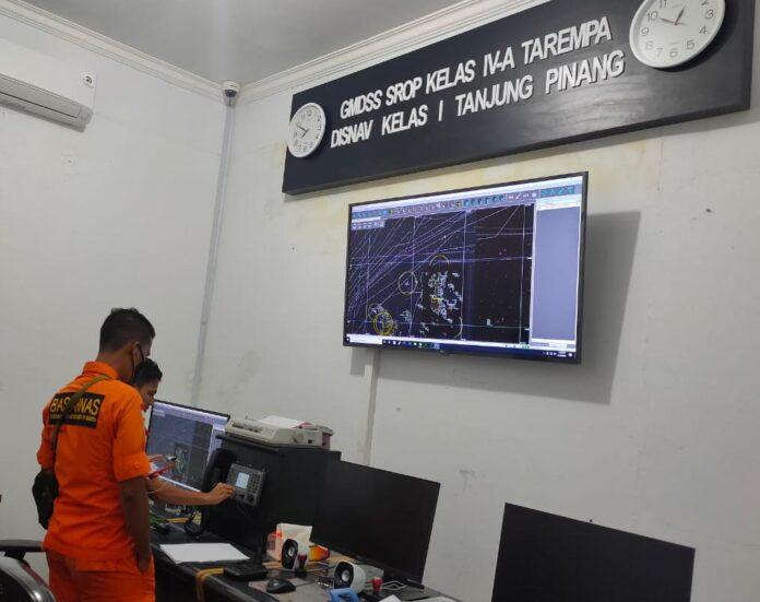 Tim SAR Kantor Pencarian dan Pertolongan Natuna saat memantau sinyal tanda bahaya yang diterima (Suryakepri.com/ist)