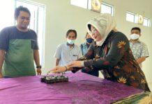 Ketua Komisi 2 DPRD Karimun Nyimas Novi Ujiani mencoba membatik disela-sela reses di Rumah Batik Karimun, Rabu (17/2/2021). Foto Suryakepri.com/YAHYA
