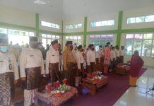Para tamu undangan menyanyikan lagu Indonesia Raya saat pembukaan STQ Kecamatan Ungar, Karimun, Kamis (18/2/2021). Foto Suryakepri.com/IST